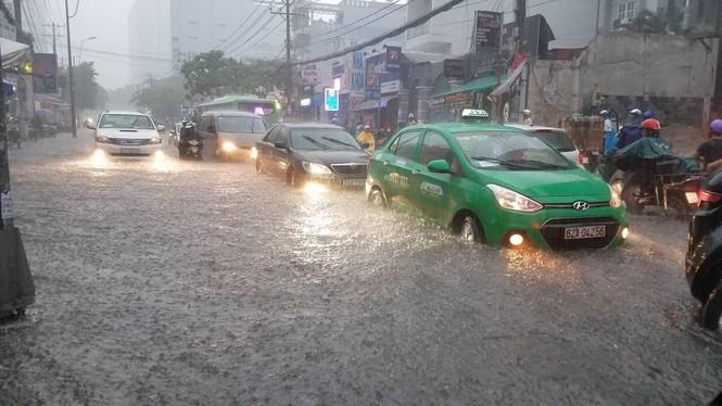 Đường phố Sài Gòn thành sông trong cơn mưa mù trời - ảnh 2
