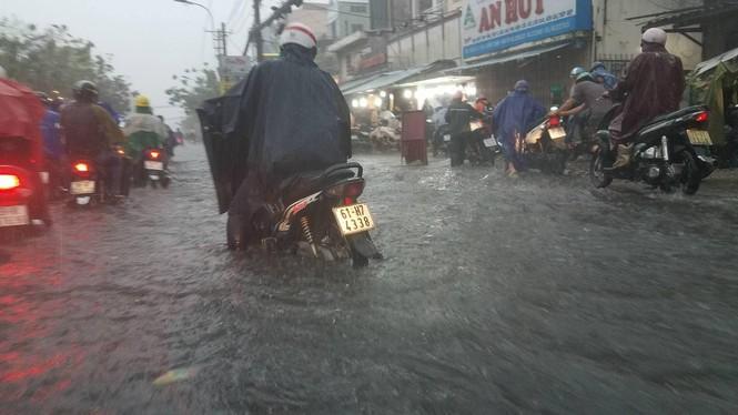 Đường phố Sài Gòn thành sông trong cơn mưa mù trời - ảnh 4