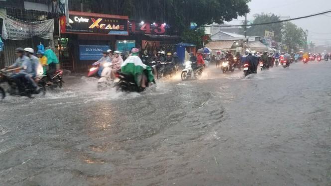 Đường phố Sài Gòn thành sông trong cơn mưa mù trời - ảnh 5