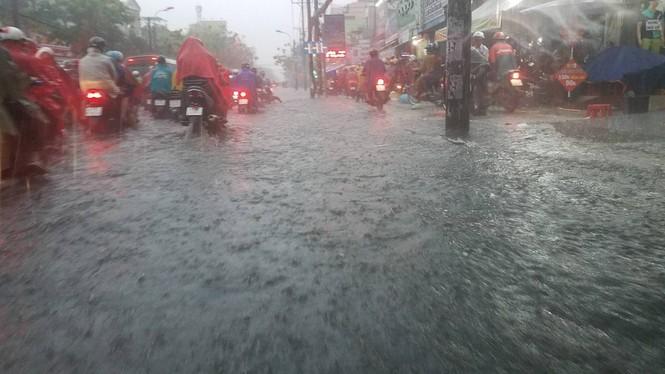Đường phố Sài Gòn thành sông trong cơn mưa mù trời - ảnh 6