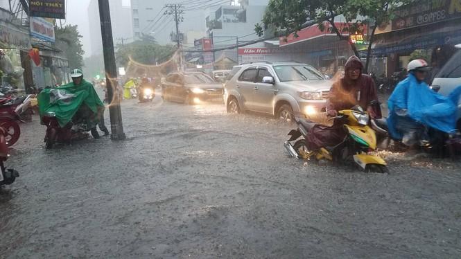 Đường phố Sài Gòn thành sông trong cơn mưa mù trời - ảnh 7