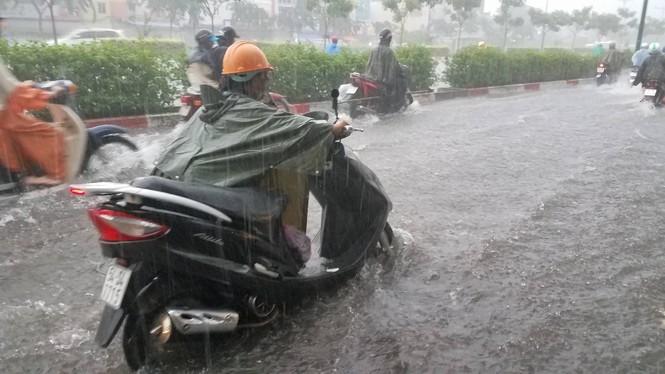 Đường phố Sài Gòn thành sông trong cơn mưa mù trời - ảnh 8