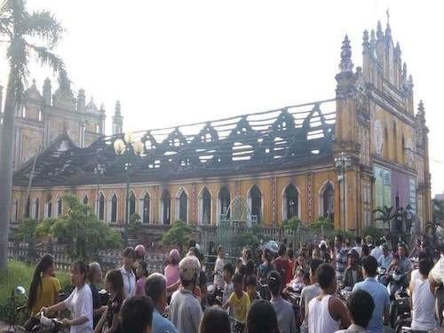 Nhà thờ cổ ở Nam Định bốc cháy trong đêm - ảnh 1