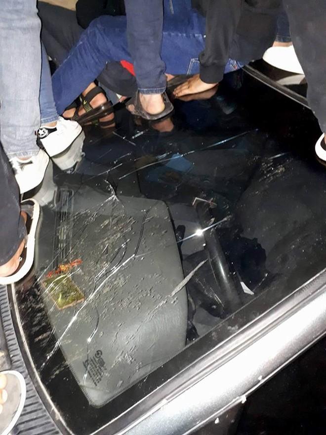 Hàng chục thanh niên nhảy nhót dẫm hỏng ôtô: Lỗi thuộc về ai? - ảnh 2