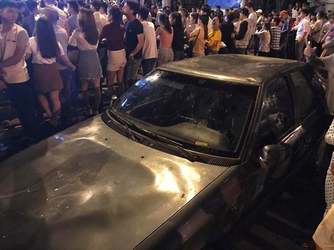 Hàng chục thanh niên nhảy nhót dẫm hỏng ôtô: Lỗi thuộc về ai? - ảnh 3
