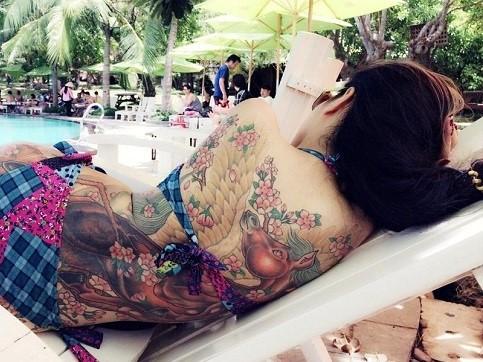 Cô gái Sài Gòn lộ lưng xăm hình chốn công sở gây 'bão' - ảnh 1