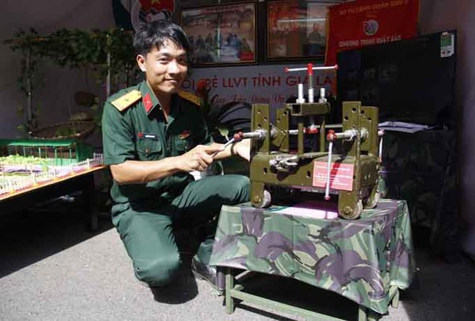 Chiêm ngưỡng sản phẩm sáng tạo tiêu biểu của chiến sĩ Quân khu 5 - ảnh 1