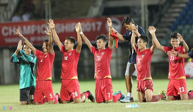 HLV Hoàng Anh Tuấn lặng người khi U18 Việt Nam bị loại - ảnh 6