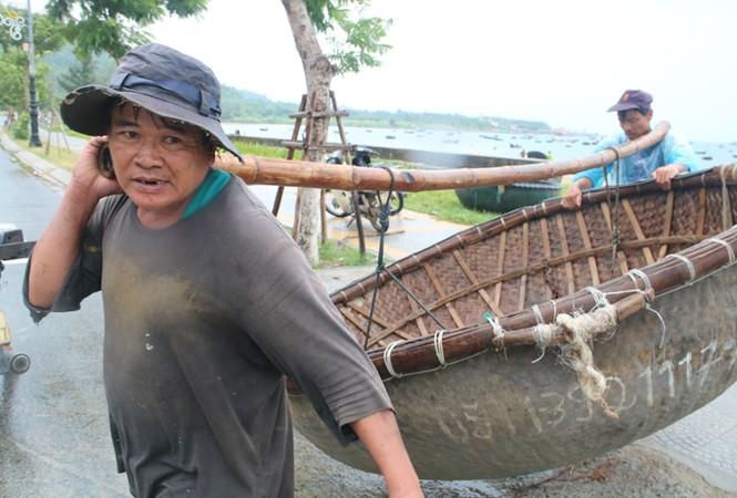 Ngư dân Đà Nẵng hối hả đưa tàu thuyền vào nơi trú bão - ảnh 9