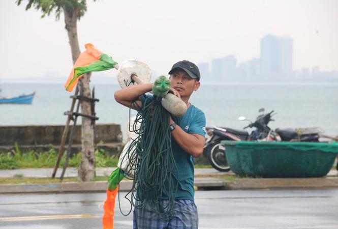 Ngư dân Đà Nẵng hối hả đưa tàu thuyền vào nơi trú bão - ảnh 10