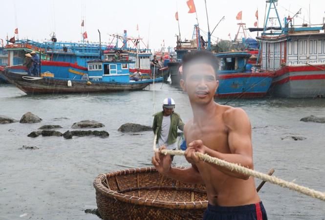 Ngư dân Đà Nẵng hối hả đưa tàu thuyền vào nơi trú bão - ảnh 2