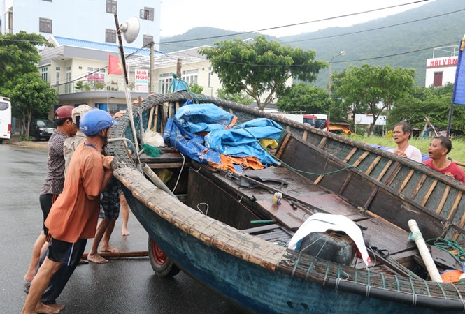 Ngư dân Đà Nẵng hối hả đưa tàu thuyền vào nơi trú bão - ảnh 3
