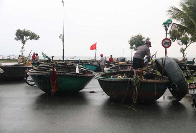 Ngư dân Đà Nẵng hối hả đưa tàu thuyền vào nơi trú bão - ảnh 4