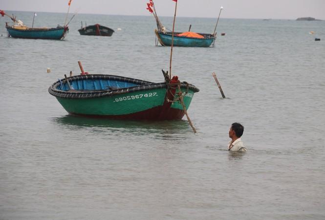 Ngư dân Đà Nẵng hối hả đưa tàu thuyền vào nơi trú bão - ảnh 5