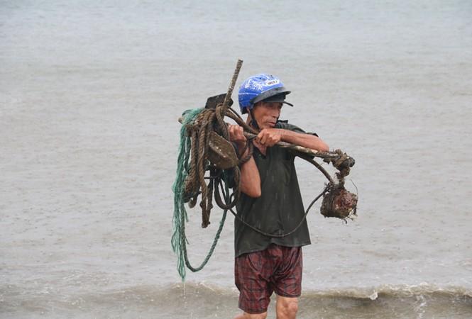 Ngư dân Đà Nẵng hối hả đưa tàu thuyền vào nơi trú bão - ảnh 8