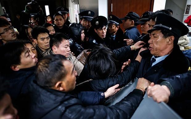 Cận cảnh vụ lộn xộn tại Thượng Hải đêm qua. Ảnh: AFP
