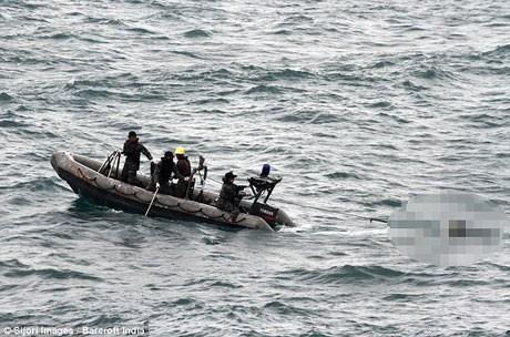 Hải quân Indonesia sử dụng tàu siêu tốc để di chuyển thi thể các nạn nhân QZ8501.