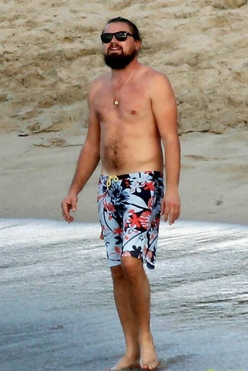 Tài tử Leonardo DiCaprio vui vẻ bên các chân dài sexy - ảnh 1