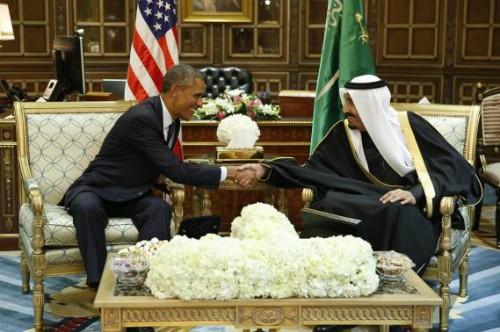 Tổng thống Mỹ Barack Obama bắt tay tân Quốc vương Salman tại Riyadh, Arab Saudi hôm 27/1. Ảnh: Reuters