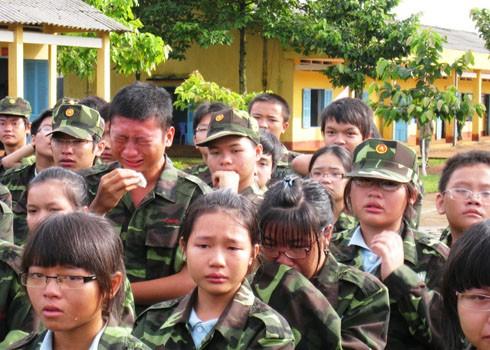 Những giọt nước mắt cảm động của các học viên trong khóa học kỳ quân đội do Trung tâm Thanh thiếu niên miền Nam tổ chức. Ảnh: Trần Phú.