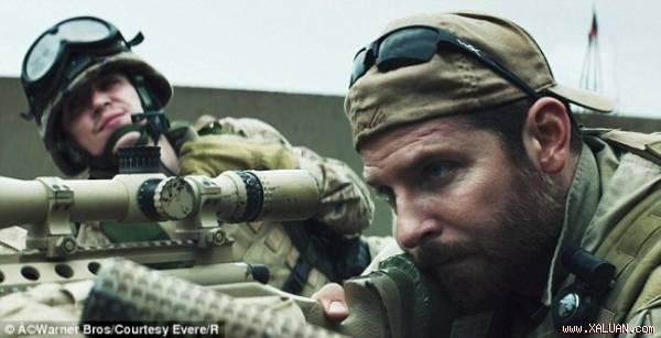 Bradley Cooper (phải) thủ vai Kyle trong phim American Sniper.
