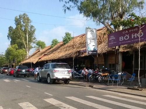 Lề đường 1/5 đang bị chiếm dụng xây dựng quán cà phê - Ảnh: Gia Bách
