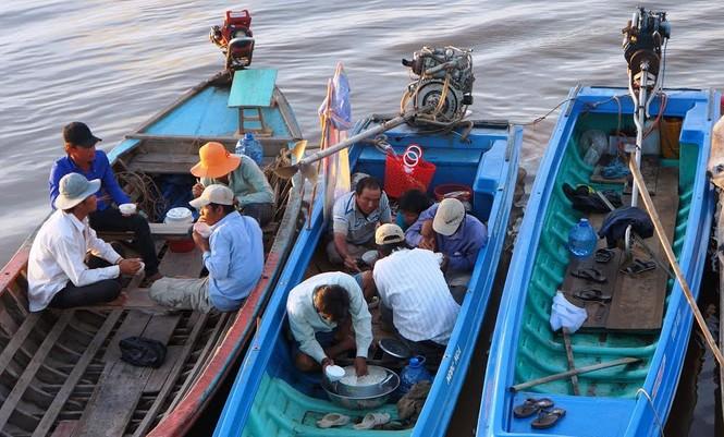 Lật tàu lễ hội Nghinh Ông: Huy động hàng chục tàu, thuyền tìm kiếm nạn nhân  - ảnh 1
