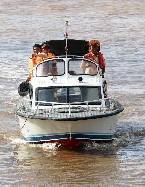 Lật tàu lễ hội Nghinh Ông: Huy động hàng chục tàu, thuyền tìm kiếm nạn nhân  - ảnh 2