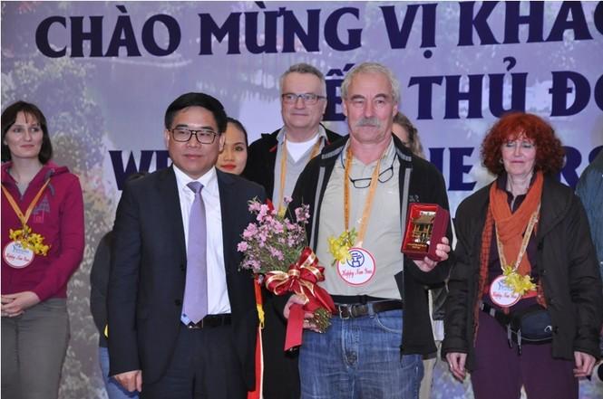 Hà Nội đón đoàn khách quốc tế xông đất - ảnh 1