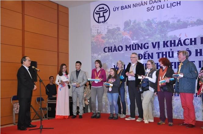 Hà Nội đón đoàn khách quốc tế xông đất - ảnh 2