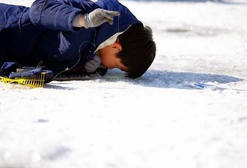 Bắt cá hồi bằng tay không trên sông băng Hàn Quốc - ảnh 2