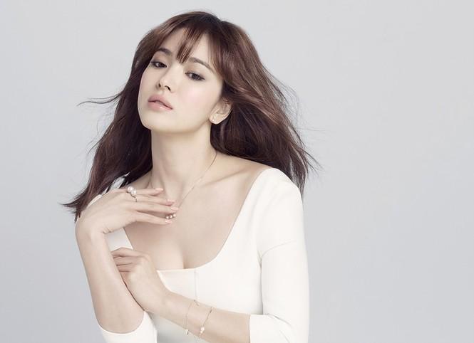 Song Hye Kyo khoe làn da sứ, nhan sắc không tì vết - ảnh 2