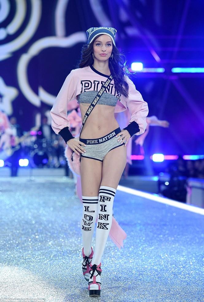 người đẹp,vẻ đẹp,trình diễn,Victoria's Secret,Irina Shayk,catwalk,chân dài, nội y , Gigi Hadid, Kendall Jenner - ảnh 17
