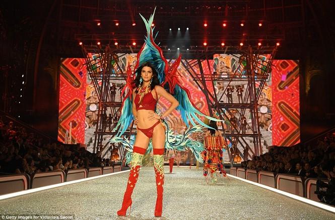 người đẹp,vẻ đẹp,trình diễn,Victoria's Secret,Irina Shayk,catwalk,chân dài, nội y , Gigi Hadid, Kendall Jenner - ảnh 8