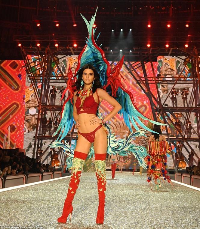 người đẹp,vẻ đẹp,trình diễn,Victoria's Secret,Irina Shayk,catwalk,chân dài, nội y , Gigi Hadid, Kendall Jenner - ảnh 7