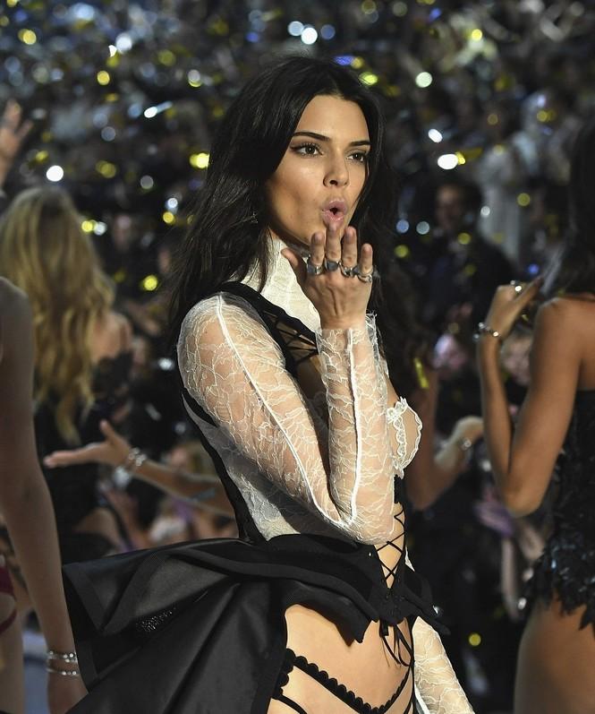 người đẹp,vẻ đẹp,trình diễn,Victoria's Secret,Irina Shayk,catwalk,chân dài, nội y , Gigi Hadid, Kendall Jenner - ảnh 10