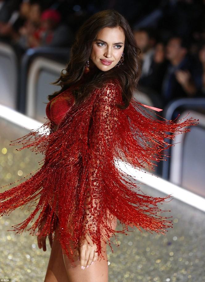 người đẹp,vẻ đẹp,trình diễn,Victoria's Secret,Irina Shayk,catwalk,chân dài, nội y , Gigi Hadid, Kendall Jenner - ảnh 3