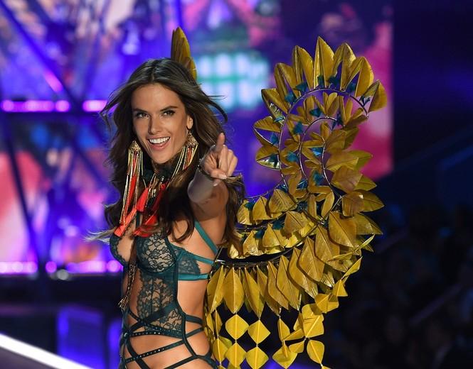 người đẹp,vẻ đẹp,trình diễn,Victoria's Secret,Irina Shayk,catwalk,chân dài, nội y , Gigi Hadid, Kendall Jenner - ảnh 34