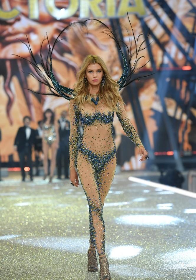 người đẹp,vẻ đẹp,trình diễn,Victoria's Secret,Irina Shayk,catwalk,chân dài, nội y , Gigi Hadid, Kendall Jenner - ảnh 30
