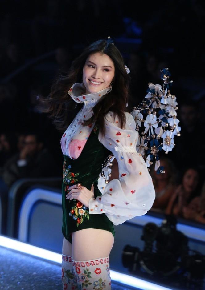 người đẹp,vẻ đẹp,trình diễn,Victoria's Secret,Irina Shayk,catwalk,chân dài, nội y , Gigi Hadid, Kendall Jenner - ảnh 24