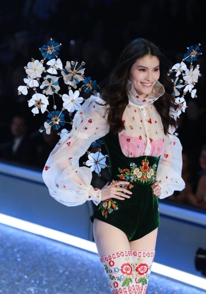 người đẹp,vẻ đẹp,trình diễn,Victoria's Secret,Irina Shayk,catwalk,chân dài, nội y , Gigi Hadid, Kendall Jenner - ảnh 23