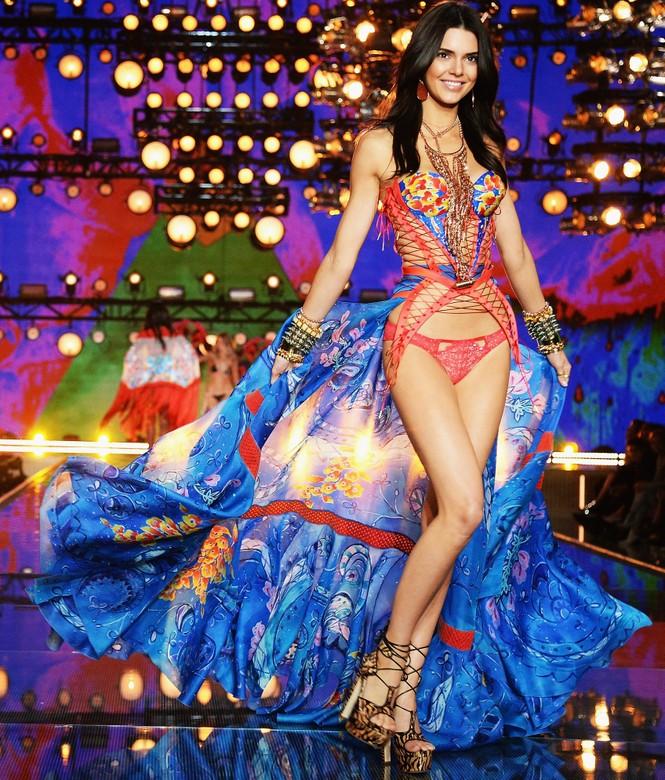 người đẹp,vẻ đẹp,trình diễn,Victoria's Secret,Irina Shayk,catwalk,chân dài, nội y , Gigi Hadid, Kendall Jenner - ảnh 9