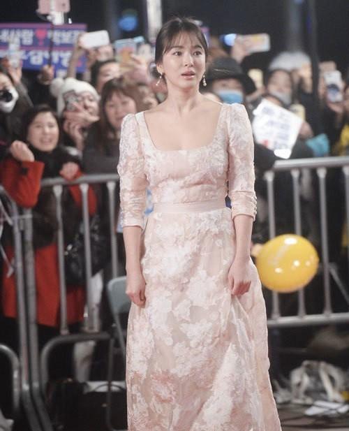 người đẹp,đầm,lộng lẫy,sải bước,kiêu sa,photo,Hàn Quốc,Song Hye Kyo, Song Joong Ki, Hậu duệ mặt trời, giải Daesang, KBS, Seoul - ảnh 6
