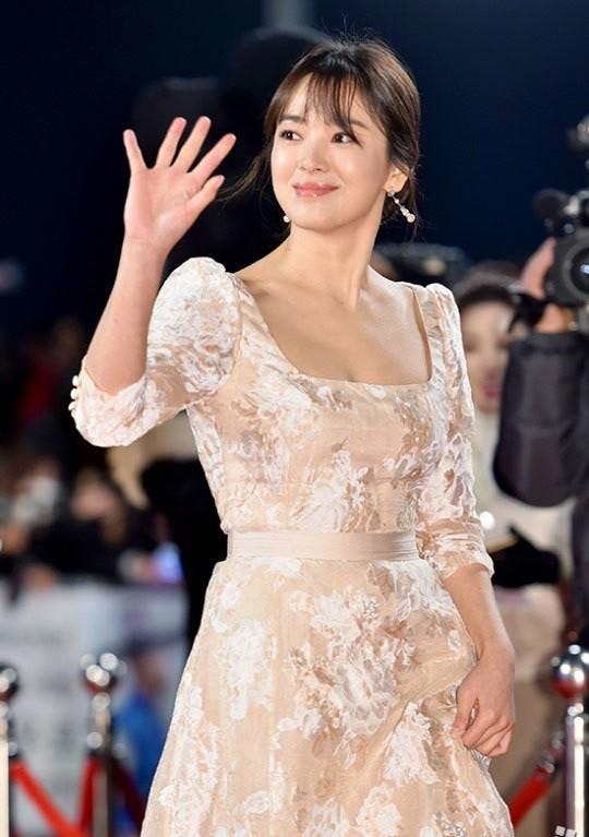 người đẹp,đầm,lộng lẫy,sải bước,kiêu sa,photo,Hàn Quốc,Song Hye Kyo, Song Joong Ki, Hậu duệ mặt trời, giải Daesang, KBS, Seoul - ảnh 5