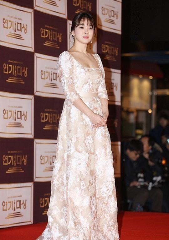 người đẹp,đầm,lộng lẫy,sải bước,kiêu sa,photo,Hàn Quốc,Song Hye Kyo, Song Joong Ki, Hậu duệ mặt trời, giải Daesang, KBS, Seoul - ảnh 9