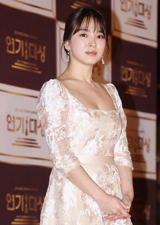 người đẹp,đầm,lộng lẫy,sải bước,kiêu sa,photo,Hàn Quốc,Song Hye Kyo, Song Joong Ki, Hậu duệ mặt trời, giải Daesang, KBS, Seoul - ảnh 8