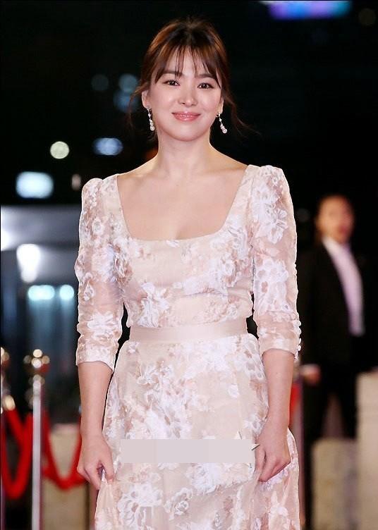 người đẹp,đầm,lộng lẫy,sải bước,kiêu sa,photo,Hàn Quốc,Song Hye Kyo, Song Joong Ki, Hậu duệ mặt trời, giải Daesang, KBS, Seoul - ảnh 3