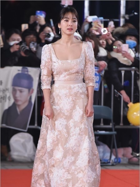 người đẹp,đầm,lộng lẫy,sải bước,kiêu sa,photo,Hàn Quốc,Song Hye Kyo, Song Joong Ki, Hậu duệ mặt trời, giải Daesang, KBS, Seoul - ảnh 7