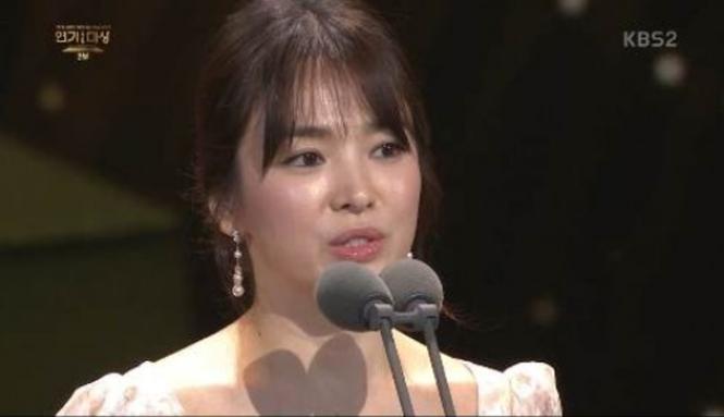 người đẹp,đầm,lộng lẫy,sải bước,kiêu sa,photo,Hàn Quốc,Song Hye Kyo, Song Joong Ki, Hậu duệ mặt trời, giải Daesang, KBS, Seoul - ảnh 11