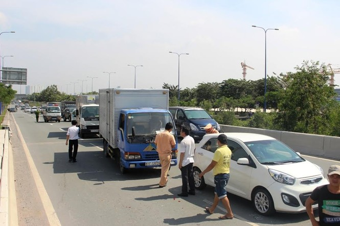 Ô tô tông liên hoàn trên đại lộ Sài Gòn - ảnh 2